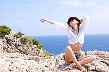 Junge Frau mit Hut im Sommer Urlaub