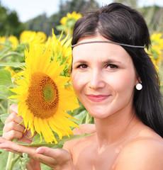 Junges Mädchen mit einer Blume