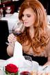Frau und Mann beim Dinner Im Restaurant trinken Rotwein