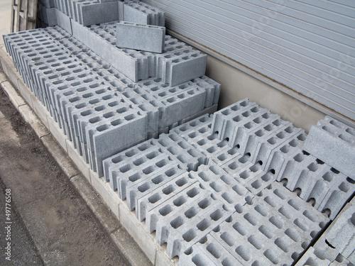 積み上げられた建築資材(ブロック)