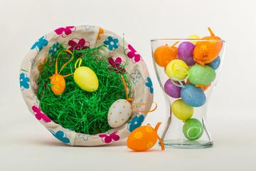 Ostereier im Korb und Vase verteilt