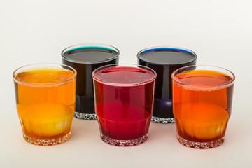 Eier fertig zum Färben in verschiedenen Farbtönen