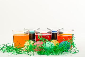 Gefärbte Ostereier mit Färbung aus fünf Flüssigkeiten