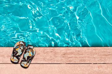 Sandales au bord d'une piscine