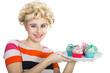 Junge hübsche Frau im Retro Style mit Cupcakes