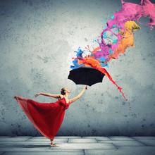 Tancerka baletowa w latające satynową sukienkę z parasolem