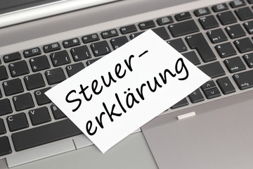 Computer mit Schild Steuererklärung