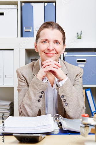 Portrait einer glücklichen älteren Frau im Büro