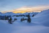 Sonnenuntergang in den Bergen im Winter