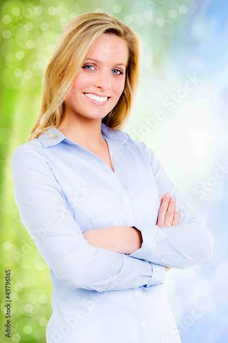 blonde junge frau mit verschränkten armen