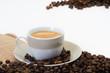 kaffeetasse und kaffeebohnen auf leinensack