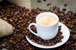 kaffeebohnen mit tasse und kaffeesack