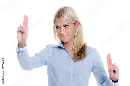 blonde businessfrau navigiert mit den fingern