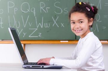 schülerin lernt am computer