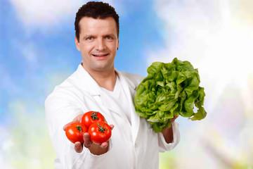 gemüseverkäufer bietet salat an