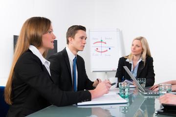 diskutieren in der mitarbeiterbesprechung