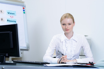 attraktive angestellte im büro