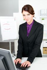 geschäftsfrau schreibt am computer