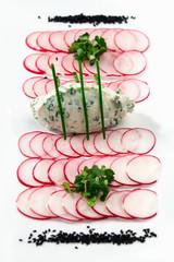 radieschen-carpaccio mit kräuterfrischkäse und kapuzinerkresse