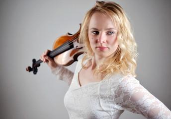 Frau mit Geige über der Schulter