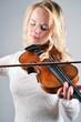 Blonde Frau und Geige