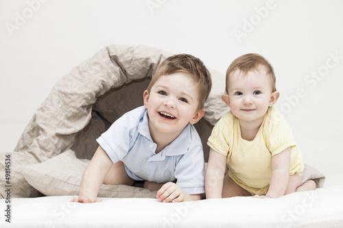 Geschwister spielen zusammen
