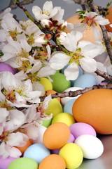 Fiori di mandorlo e uova di Pasqua