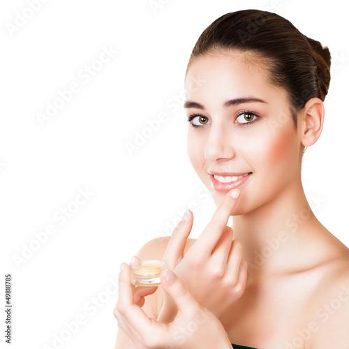 junge Frau trägt Lipgloss auf