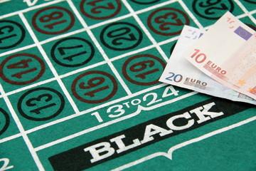 Banconote in euro sul tabella della roulette