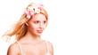junge blonde Frau mit wehendem Haar