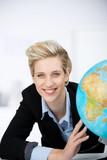 Fototapety lächelnde frau mit globus