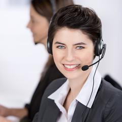 freundliche mitarbeiterin im call-center