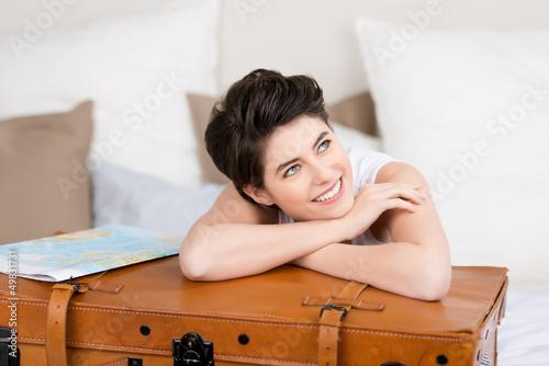 lachende junge frau im hotelzimmer