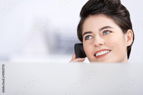 freundliche servicemitarbeiterin am telefon
