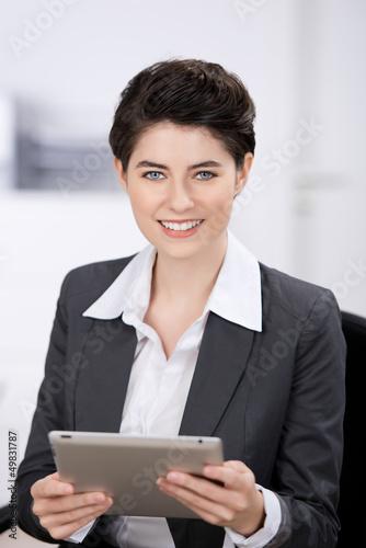 seriöse geschäftsfrau arbeitet mit tablet