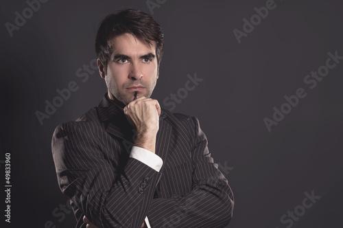 Nachdenklicher Mann im Anzug