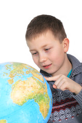 Junge über Globus gebeugt