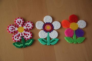 Blumen aus Bügelperlen in einer Reihe