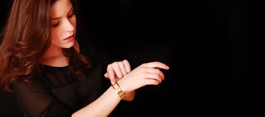 hübsche Frau mit Uhr