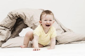 Kind lächelnd im Bett