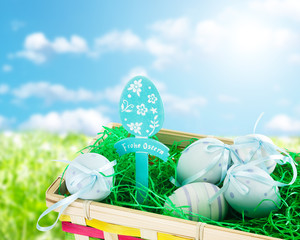 Osternest mit blauen Ostereiern