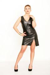 junge Frau trägt Lederkleid