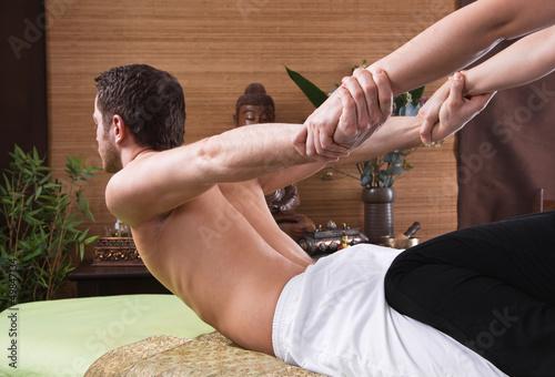 Leinwandbild Motiv Mann bei der traditionellen Thai-Massage