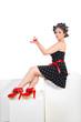 Hübsche junge Frau im Pin Up Style mit Cupcake