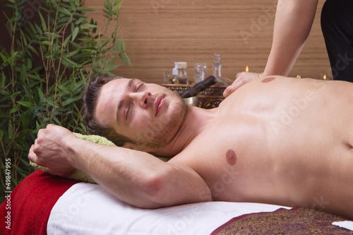 Mann entspannt bei der traditionellen Thai-Massage