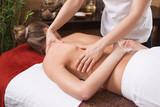 Frau bei der Rückenmassage - Thai-Massage