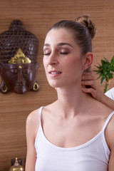Europäerin in Thailand bei der Massage - Thai-Massage
