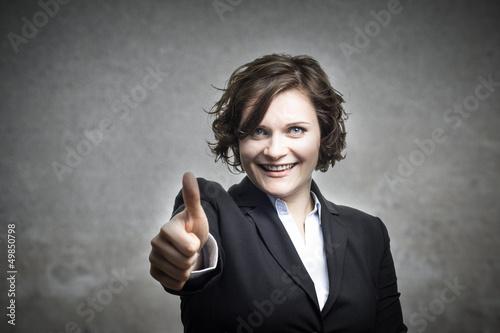 Junge Geschäftsfrau hält ihren Daumen nach oben!