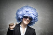 Geschäftsfrau mit herrlich blauen Haaren