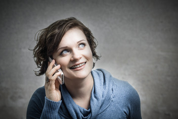 Junge Frau telefoniert fröhlich!